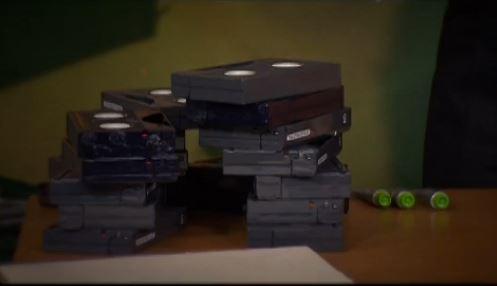 mesinha feita com fitas de video 01