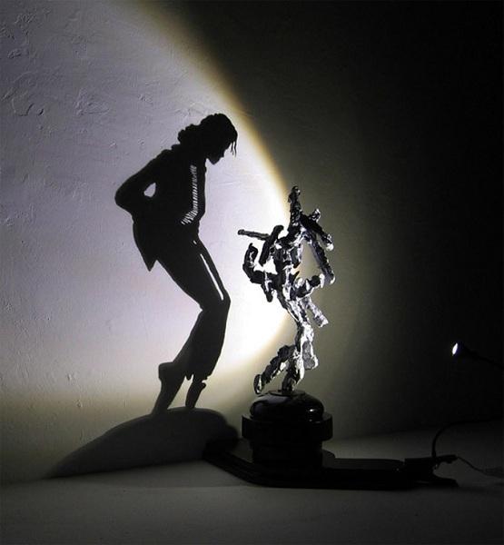escultura de lixo que projeta sombra  (1)