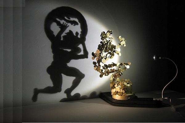 escultura de lixo que projeta sombra  (3)