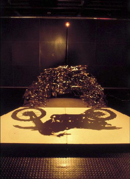 escultura de lixo que projeta sombra  (4)
