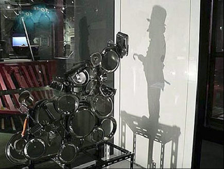 escultura de lixo que projeta sombra  (5)
