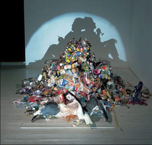 escultura de lixo que projeta sombra  (6)