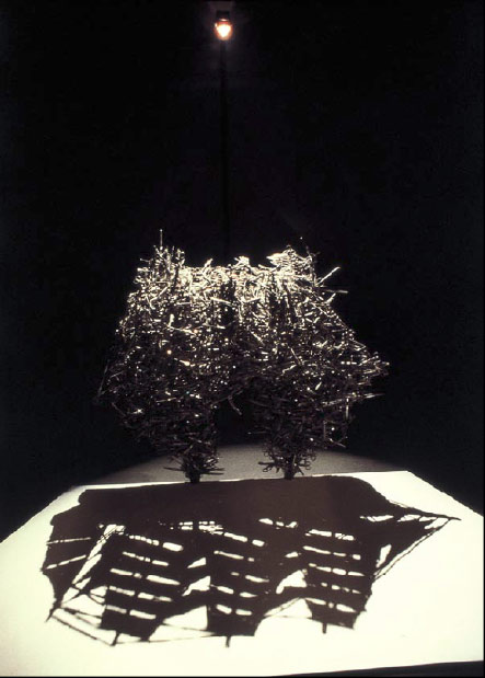 escultura de lixo que projeta sombra  (7)