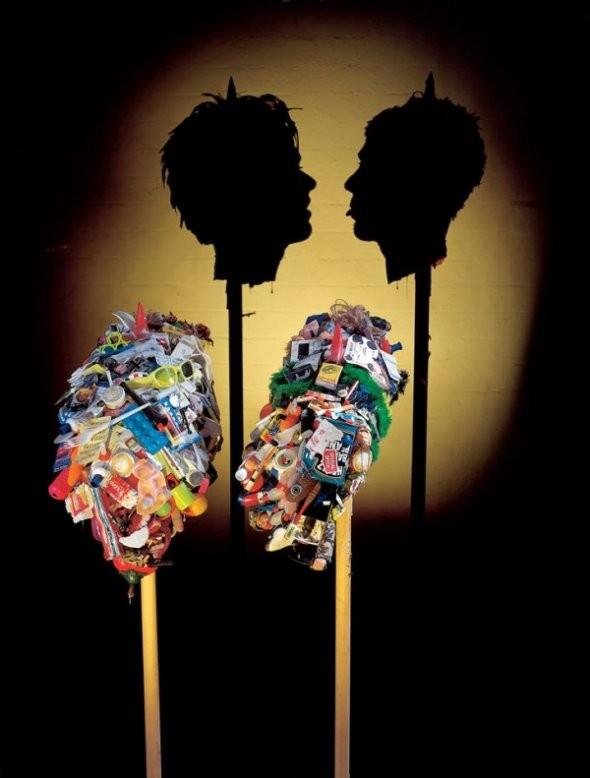 escultura de lixo que projeta sombra  (9)