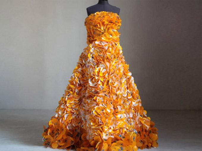 Vestido de embalagens descartadas de M&M's, Christina Liedtke