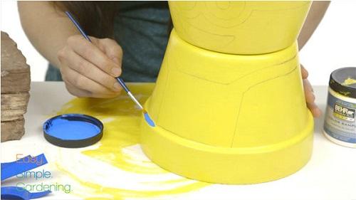 como fazer um minion com vasos de plantas 03